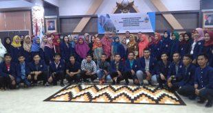 Foto bersama penerima beasiswa dengan SEKDA Kayong Utara