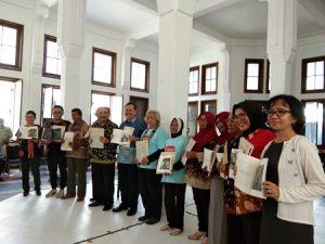 """Peluncuran buku yang berisi foto dan narasi kehidupan penyintas berjudul """"Para Pembuka Jalan."""" Buku ini ditulis Lilik HS dan fotografer Adrian Mulya, Sigit D.Pratama, Ramjaneo Chery Pasopati dan Agoes Rudianto yang diterbitkan Indonesia untuk Kemanusiaan (IKa) dan Program Peduli."""