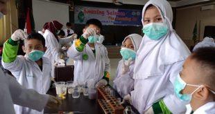 Chemistry Insight Center Kenalkan Kimia pada Siswa SD Muhammadiyah 2