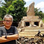 Penulis, di bangunan spiritual Sunda Wiwitan. Foto Dok FB Andreas Harsono