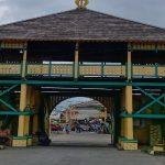 Gapura Istana Kesultanan Qadriyah ke arah Mesjid Jami' Sultan Abdurrahman