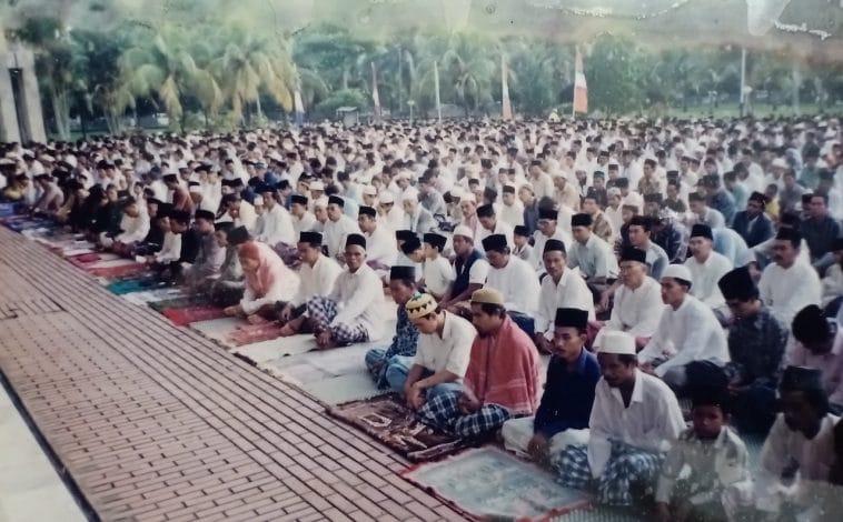 Foto Jemaah Idul Fitri di Plaza Mesjid Raya Mujahidin era 1990 an