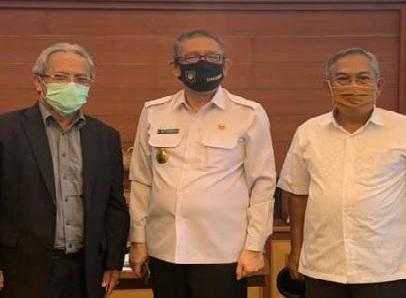 Puji Prasetyono kiri saat bersama Gubernur Kalbar H Sutarmidji SH M.Hum dan Prof Dr Chairil Effendy MS